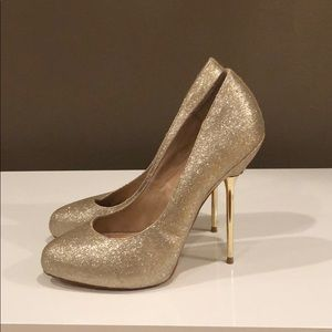 Sparkly Gold pumps!